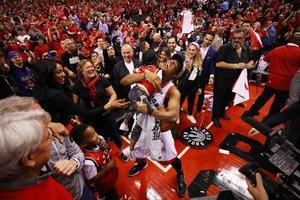 Kyle Lowry # 7 de los Toronto Raptors celebra con sus hijos Kameron y Karter después de derrotar a los Milwaukee Bucks 100-94 en las Finales de la Conferencia Este de la NBA en el Scotiabank Arena en Toronto. Canadá.