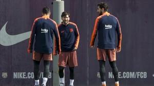 Leo Messi bromea con André Gomes en compañía de Luis Suárez