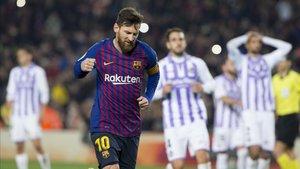 Leo Messi celebra con rabia su gol de penalti; después, falló otro
