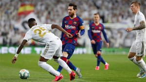 Leo Messi en una acción del clásico de la Liga 2019/20 en el Santiago Bernabéu