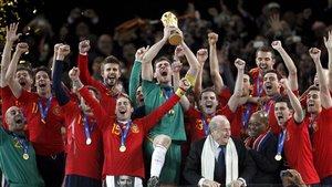 Los campeones del Mundo 2010 levantan el trofeo en Sudáfrica