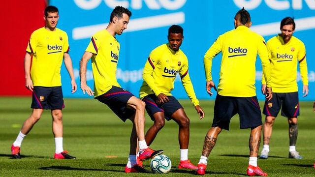 Luis Suárez avanza en el segundo día de rondos en el Barça