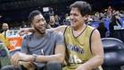 Mark Cuban bromea con la estrella de los Pelicans, Anthony Davis, durante el Partido de Celebridades del All Star