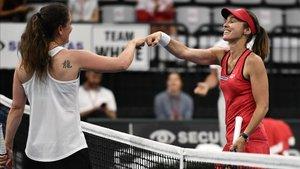 Martina Hingis se saluda con Patty Schnyder durante la exhibición del Swiss Tennis Pro Cup