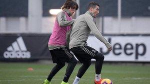 Pablo y Cristiano en la disputa de un balón durante la sesión preparatoria
