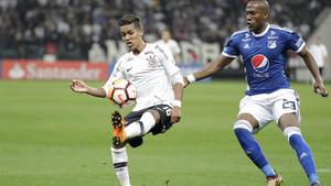 Pedrinho (izquierda) del Corinthians disputa el balón con Felipe Banguero del Millonarios en un partido de la Copa Libertadores 2018