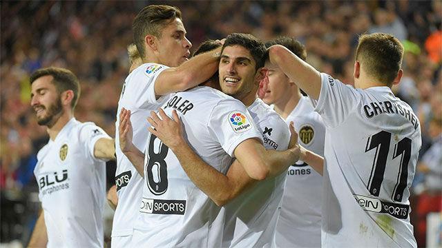 Santi Mina y Guedes lideran al Valencia en el derbi