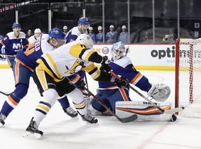 Thomas Greiss # 1 de los New York Islanders hace el primer período salvando a Alex Galchenyuk # 18 de los Pittsburgh Penguins en el Barclays Center.