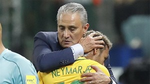 Tita abraza a Neymar tras el partido contra Chile