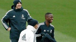Vinícius Junior (derecha) durante un entrenamiento de la primera plantilla del Real Madrid