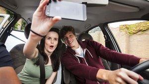 Jóvenes imprudentes al volante.