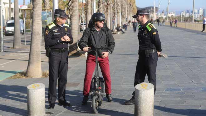 El Ajuntament de Barcelona impone 3.000 multas a usuarios de patinetes eléctricos