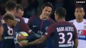 Alves intercedió en una de las disputas entre Cavani y Neymar