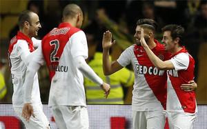 Bernardo Silva (derecha) celebra un gol con sus compañeros del Mónaco