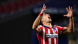 El delantero uruguayo del Atlético de Madrid Luis Suárez tras perder una oportunidad de gol durante el partido ante el Real Betis
