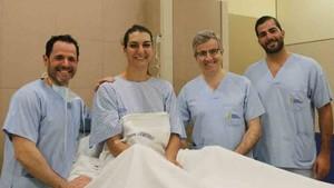 Eli Chávez, con el equipo médico que la ha operado