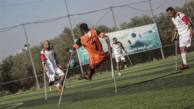 El equipo de fútbol Los Muletas se prepara para su debut en Marsella