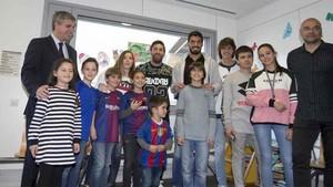 Fotografía de grupo de Leo Messi y Luis Suárez en el Hospital de Sant Pau