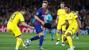 Ivan Rakitic rodeado de rivales durante el Barça-Dortmund de la Champions 2019/20