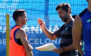 El jugador atiende a las explicaciones de su entrenador, Quique Sánchez