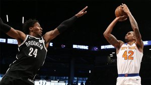 Lance Thomas (derecha) de New York Knicks lanza sobre Rondae Hollis-Jefferson (izquierda) de Brooklyn Nets en un partido entre los Nets y los Knicks en el Barclays Center de Brooklyn, Nueva York