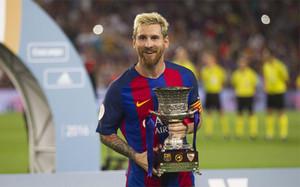 Leo Messi, con el trofeo
