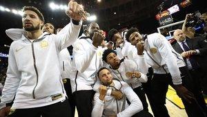 Los jugadores de Golden State Warriors recogieron sus anillos en el Oracle Arena