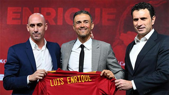 Luis Enrique es aplaudido al posar con la camiseta de La Roja