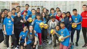 Malcom junto a niños y niñas del Instituto Miquel Tarradell