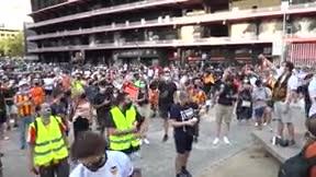 Más de un millar de aficionados critican la gestión de Lim y piden su marcha