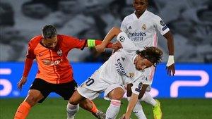 Modric, autor de un gol, pelea un balón en el partido ante el Shakhtar