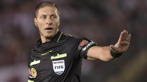 Néstor Pitana en un partido de la Copa Sudamericana 2014