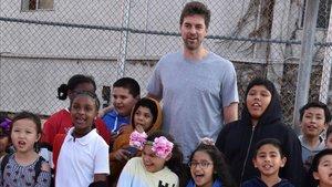 Pau Gasol posa con unos niños en la cancha del Club Boys and Girls en Los Ángeles