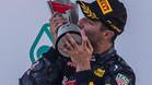 Ricciardo, besando el trofeo
