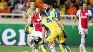 Van de Beek intenta zafarse del acoso de tres rivales