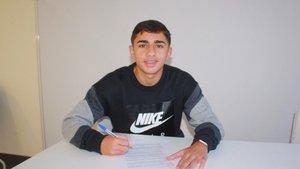 Yeremay firmando su primer contrato