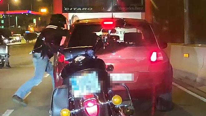 Un motorista agrede al conductor de un coche en la Meridiana de Barcelona