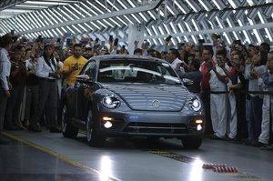El último Volkswagen Escarabajo sale de la planta de producción en Puebla, Méjico.