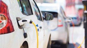 Un coche eléctrico durante la recarga