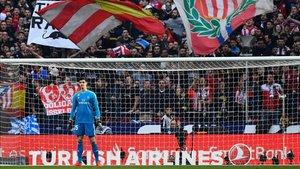 La afición del Atlético recibió de uñas a Thibaut Courtois