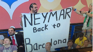Un aficionado brasileño muestra un pancarta: Neymar vuelve a Barcelona