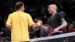 Andre Agassi saludando a Pete Sampras tras un partido de exhibición