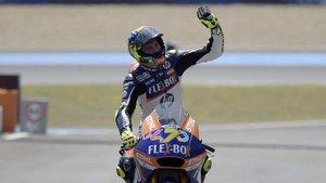 Baldassarri saluda a los aficionados situados sobre el pit lane tras ganar en Jerez