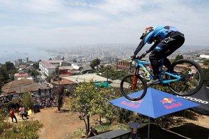 Un corredor participó en la 17 edición del campeonato de descenso en bicicleta Red Bull Valparaíso Cerro Abajo, en Valparaíso (Chile).