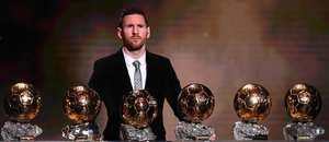 El delantero argentino de Barcelona, Lionel Messi, reacciona después de ganar el trofeo de Balón de Oro Francia Fútbol 2019 en el Teatro Chatelet de París.