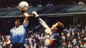 Diego Armando Maradona y Peter Shilton en el gol de la Mano de Dios