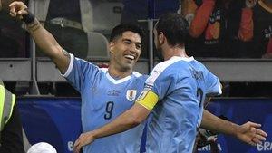 Diego Godín felicita a Luis Suárez tras marcar el 3-0