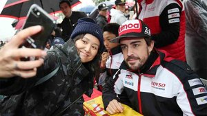 Fernando Alonso, firmando autógrafos