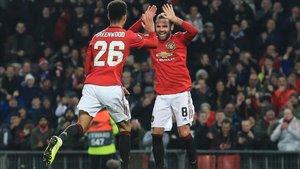 Greenwood celebra un gol con Mata