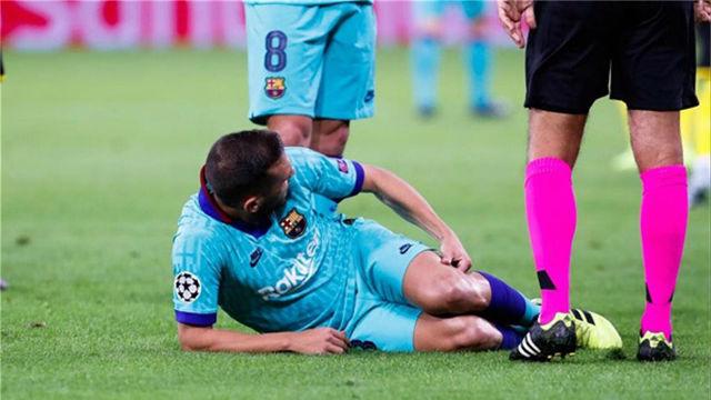 Jordi Alba se resintió de los isquios y pidió el cambio en Dortmund